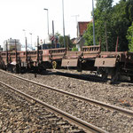 Le convoi s'est scindé en 2: au niveau du passage à niveau, quatre wagons totalement enchevétrés empiètent sur 2 voies.