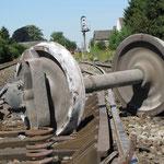 300 m. plus loin, trois wagons sont restés liés à la locomotive et ont déraillé. L'un deux a perdu un essieu sur la voie.