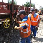 Le rail est trop déformé: on sort les barres de redressement qui permettront de les écarter temporairement.