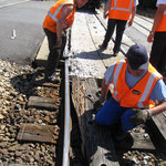 La voie endommagée complique la tâche: les rails ne sont plus parallèles.