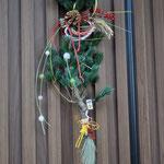1,飛ぶ鶴 高さ約70cm、幅約25cm ¥3500 (SOLD) 五葉松、しめ縄、南天