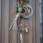 8,リューカデンドロ 高さ約70cm、幅約25cm ¥3000 寿松、しめ縄、リューカデンドロ、ツルウメモドキ、ガマズミ、稲穂、ヒカゲノカズラ