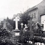 Familiengräber an der Nordmauer. Im Hintergrund die Häuser am Ernst-Ludwig-Ring.