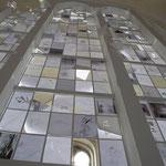 L'artiste emploie la translucidité du papier pour jouer avec l'épaisseur du matériau et a lumière.