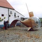 L'artiste chez lui devant sa sculpture Donnariet réalisée à l'échelle prévue, avec un système de pédalier pour mettre en mouvement une sorte de queue de baleine.
