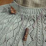 ヒヨドリ笛と寄木のブローチ