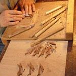 一つ一つ手彫りでウサギを彫っています。ナツメ材のウサギ