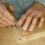 鳥ヤマセミのブローチを手彫り