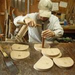背板に木象嵌を埋め込んでいます。