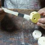 コオロギ笛オイル塗り作業
