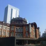 Der größte Bahnhof Tokios geht neben den Wolkenkratzern fast ein wenig unter