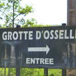 Am Eingang zur Grotte d'Osselle. Schon oft haben wir das braune Schild an der Autobahn auf unserem Weg in den Süden gesehen.