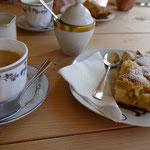 Fertig ist dafür der ofenwarme Rhabarberkuchen mit einer Tasse Kaffee - lecker!!!