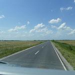 Und eine schnurgarade Straße durch die topfebene Puszta