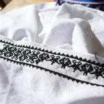 Traditionelle Stickereien werden von der Seniorchefin des Hauses angefertigt