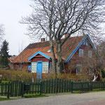 Hübsche Häuschen mit bunten Fassaden und Reetdächern