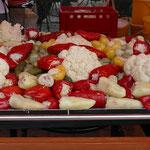 sauer eingelegtes Gemüse gehört bei den Fleischbergen dazu