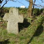 Ein Steinkreuz am Wegesrand stammt aus dem Mittelalter und ist als Sühnekreuz bekannt