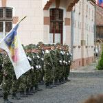 Ein militärisches Event findet draußen vor der Kirche statt