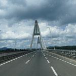 Und auch diese Brücke über die Donau lässt uns irgendwie an Frankreich denken