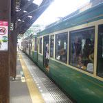 Mit der nostalgischen Enoden-Linie fahren wir ab Kamakura....