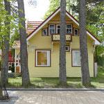 Nette Häuser wechseln sich mit Kitsch und Ballermann ab