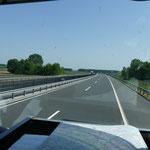 Auf nagelneuer und schnurgerader Autobahn in Ungarn....