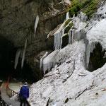 Unten angelangt betreten wir eine fantastische Landschaft aus Eis