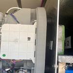 Die Gummipuffer zwischen Waschmaschine und Wandblech erwiesen sich beim ersten Probelauf als nicht so günstig.