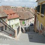 Über verschiedene steile Treppen gelangt man in die Unterstadt