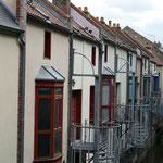 Restaurierte neue Häuser wechseln sich ab mit bunten Altbauten