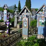 Die bunten Holzkreuze erzählen die Lebensgeschichte der Toten und auch den Umstand ihres Totes