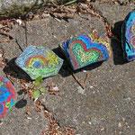 .... mit bunt bemalten Steinen vor dem Gebäude ausgelegt. Ein nettes Zeichen in Corona-Zeiten