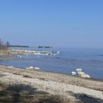 Auch hier ist der Strand mit etlichen Findlingen übersät