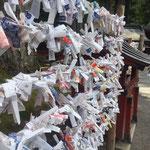 Omikuji - Auf den Zettelchen sind Wahrsagungen geschrieben...