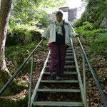 Über 400 Treppenstufen führen uns hinunter in den eisigen Höhlenschlund