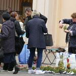 Am Ostersamstag werden vor der Kirche Palmwedel verkauft