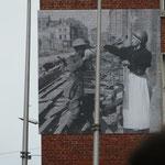 Eine Ausstellung an den Gebäuden in der Stadt erinnert an die Kriegszeiten