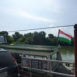 Wir fahren mal wieder Fähre. Diesmal mit dem Fahrrad über einen Seitenarm der Donau
