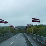 Die Brücke über die Gauja ist lettisch beflaggt