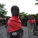 Entlang des Ashino-ko geht es zum Torii von Moto-Hakone