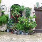Hübsche Gassen mit Blumendekorationen und Gärten