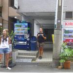 Vor unserer Unterkunft in Tokio. Das Sakura-House ist absolut zu empfehlen