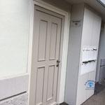 Der Zugang erfolgt über diese unscheinbare Wohnhaus-Tür