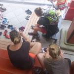 Auch ein Tempel-Ritual: Schuhe ausziehen