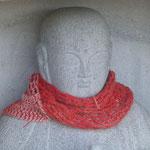 Ein Strickschal für den Buddha - das hält auch im Winter warm ;)
