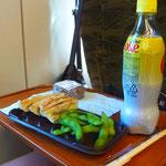 Den Mittags-Imbiss gibt es im klimatisierten Shinkansen-Abteil