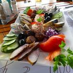 Super leckeres Abendessen mit Donau-Fisch in verschiedenen Variationen