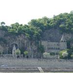 Die Felsenkirche auf der Seite von Buda