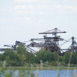Schon von weitem zu sehen - die riesigen Bagger des ehemaligen Tage-Bergbaus